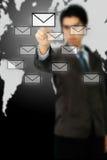 Geschäftsmann, der Nachrichtenübermittlungstypen der modernen Ikone bedrängt Stockbild