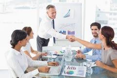 Geschäftsmann, der neuen Angestellten vorstellt stockfoto