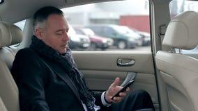 Geschäftsmann, der neuen Kontakt zum Telefon schreibt stock video footage