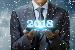 Geschäftsmann, der 2018 neues Jahr zeigt Stockbild