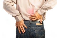 Geschäftsmann, der niedrigere Rückenschmerzen, Bürosyndromkonzept hat Stockbild