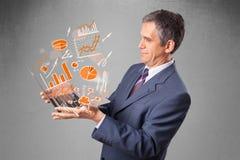 Geschäftsmann, der Notizbuch mit Diagrammen und Statistiken hält Stockfoto