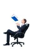 Geschäftsmann, der oben Faltblatt mit Dokumenten wirft Lizenzfreie Stockfotografie