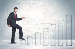 Geschäftsmann, der oben an Hand gezeichnetes Diagrammkonzept klettert Stockfoto
