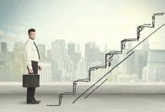 Geschäftsmann, der oben an Hand gezeichnetes Treppenhauskonzept klettert Stockfotos