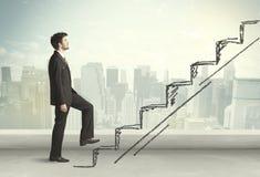 Geschäftsmann, der oben an Hand gezeichnetes Treppenhauskonzept klettert Stockfoto