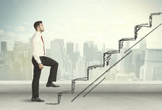 Geschäftsmann, der oben an Hand gezeichnetes Treppenhauskonzept klettert Lizenzfreie Stockfotografie