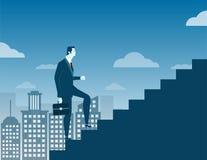 Geschäftsmann, der oben Treppenhauskonzept auf Stadthintergrund klettert Lizenzfreie Stockfotografie