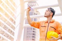 Geschäftsmann, der oben zeigt und oben zur Zukunft schaut Lizenzfreies Stockbild