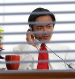 Geschäftsmann, der online in Verbindung steht Stockbild