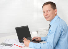 Geschäftsmann, der online zahlt Stockbilder