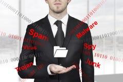 Geschäftsmann, der Ordnersymbolinternet-Angriff hält Stockbild