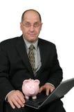 Geschäftsmann, der Piggy Querneigung anhält Lizenzfreies Stockbild