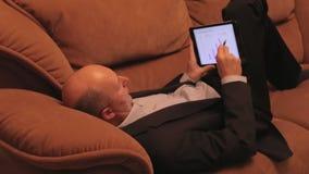 Geschäftsmann, der Pläne für ` s des nächsten Jahres Einkommen legt stock footage