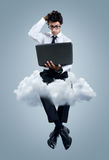 Geschäftsmann, der Probleme mit Komputertechnologie der Wolke hat Lizenzfreies Stockfoto