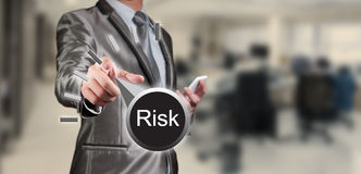 Geschäftsmann, der an Risikomanagement arbeitet Stockbilder