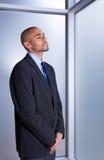 Geschäftsmann, der ruhig und ruhig schaut stockfotografie