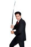 Geschäftsmann, der Samuraiklinge hält Stockfoto
