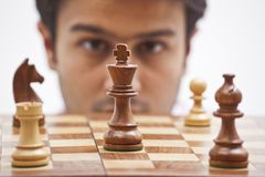 Geschäftsmann, der Schach betrachtet Stockbild