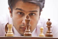 Geschäftsmann, der Schach betrachtet Stockfotos
