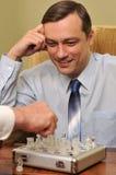 Geschäftsmann, der Schach spielt Lizenzfreies Stockbild