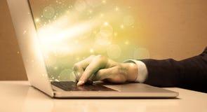 Geschäftsmann, der schnell an Laptop arbeitet Lizenzfreies Stockfoto
