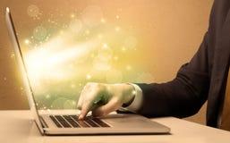 Geschäftsmann, der schnell an Laptop arbeitet Stockfotografie