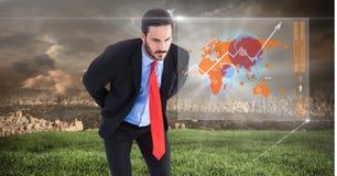 Geschäftsmann, der Schnittstelle der Weltkarte mit Stadthintergrund betrachtet Stockfotografie