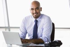 Geschäftsmann, der am Schreibtisch arbeitet Lizenzfreie Stockbilder