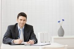 Geschäftsmann, der am Schreibtisch arbeitet Lizenzfreies Stockbild