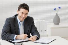 Geschäftsmann, der am Schreibtisch arbeitet Stockfoto