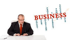 Geschäftsmann, der am Schreibtisch sitzt und auf Tastatur mit Wort Clo schreibt Stockfoto