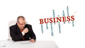 Geschäftsmann, der am Schreibtisch sitzt und auf Tastatur mit Wort Clo schreibt Stockfotografie