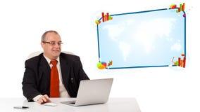 Geschäftsmann, der am Schreibtisch sitzt und den Laptop mit Exemplarbadekurort schaut Lizenzfreie Stockfotos