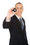 Geschäftsmann, der schwarze Billardkugel hält Stockbild