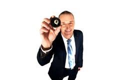 Geschäftsmann, der schwarze Billardkugel hält Lizenzfreie Stockbilder