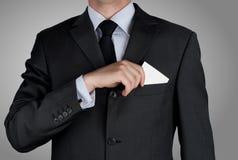 Geschäftsmann in der schwarzen Kostümbindung irgendjemandes Krawatte lizenzfreie stockfotografie