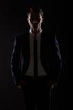 Geschäftsmann in der schwarzen Reihe, Hintergrundbeleuchtung Stockfotografie