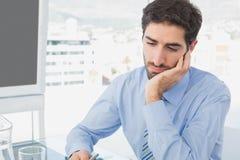 Geschäftsmann, der sehr müde schaut Lizenzfreies Stockbild