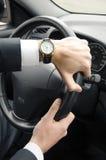 Geschäftsmann, der sein Auto fährt Lizenzfreie Stockbilder