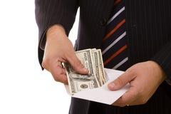 Geschäftsmann, der sein Geld zählt lizenzfreies stockbild
