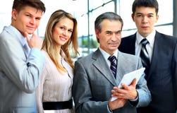 Geschäftsmann, der sein Team im Büro führt Lizenzfreie Stockfotos