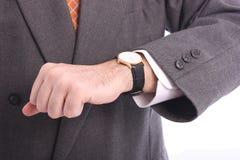 Geschäftsmann, der seine Armbanduhr überprüft Lizenzfreies Stockfoto
