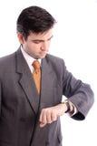 Geschäftsmann, der seine Armbanduhr überprüft Stockfotografie