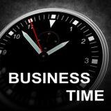Geschäftsmann, der seine eingebildete Armbanduhr betrachtet Lizenzfreie Stockfotografie