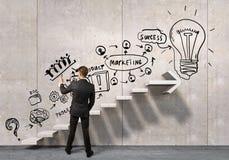 Geschäftsmann, der seine Ideen zeichnet Gemischte Medien Lizenzfreie Stockfotos