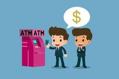 Geschäftsmann, der seine Platinkreditkarte vor ATM-Maschine, Finanzvektorkunstkonzept zeigt Lizenzfreie Stockfotografie