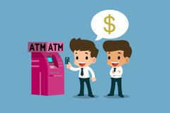 Geschäftsmann, der seine Platinkreditkarte vor ATM-Maschine, Finanzvektorkunstkonzept zeigt Lizenzfreie Stockbilder