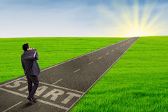 Geschäftsmann, der seine Reise zum Erfolg beginnt Stockbilder