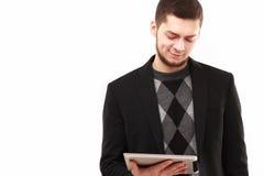 Geschäftsmann, der seine Tablette betrachtet Lizenzfreies Stockbild